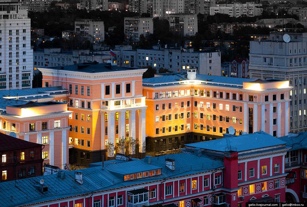 42. Фрагмент декора на одном из многоэтажных зданий Хабаровска советских времен. Угадываются пр