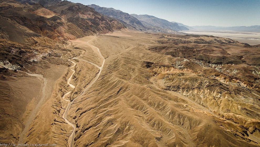8. Потрясающая односторонняя дорога, которая со всех сторон окружена горами всевозможных расцве