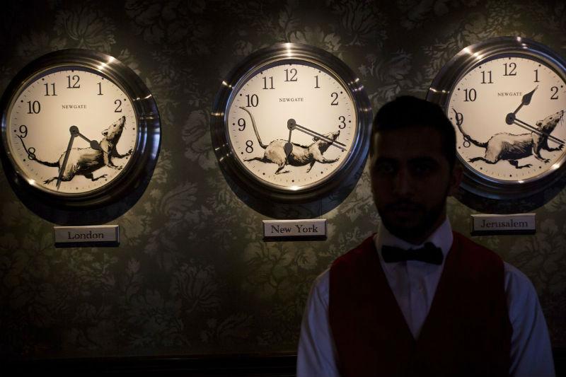 Работник отеля в зоне бара.