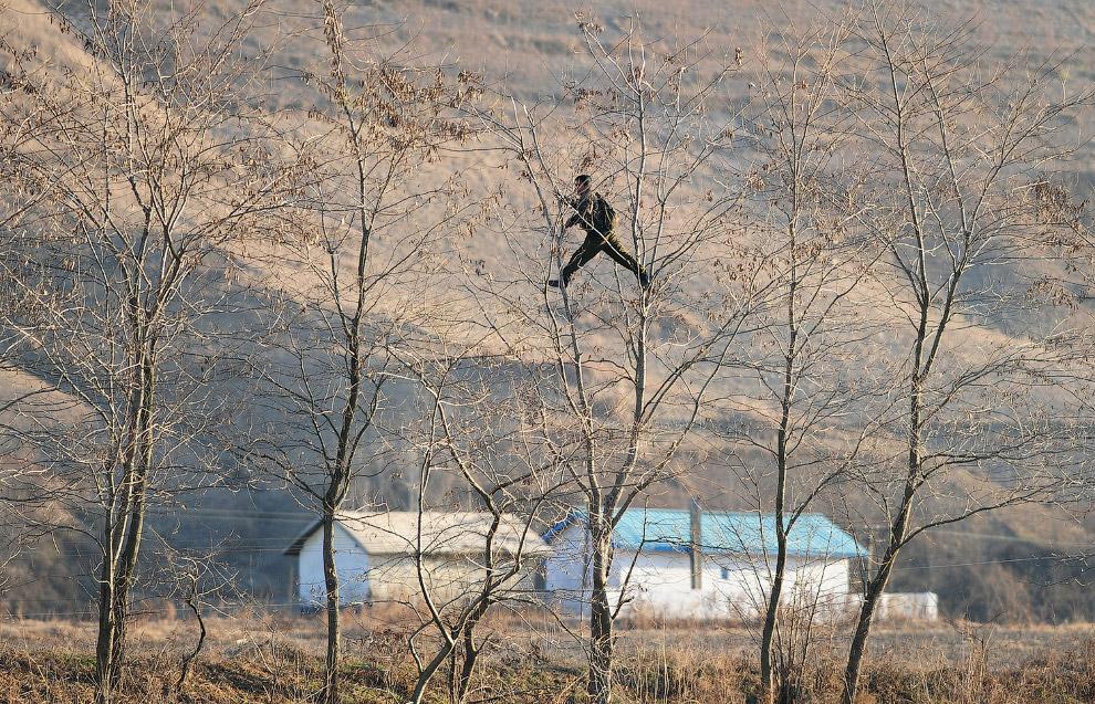 18. Суровый пограничник, 1 мая 2014. (Фото Jacky Chen | Reuters):