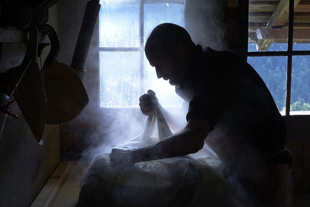 После отжима сыр Грюйер помещают под пресс на пол-дня. (Фото Reuters | Denis Balibouse):