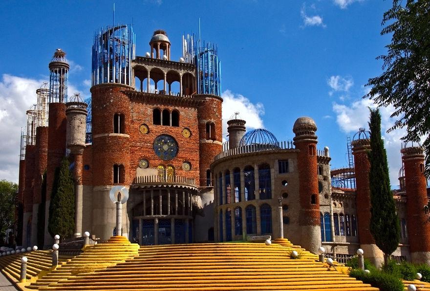 Испанец уже почти 50 лет строит собор своими руками (11 фото)