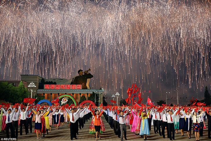 Фейерверки, флаги и групповые танцы. Северокорейские чиновники пытались создать насыщенную информаци