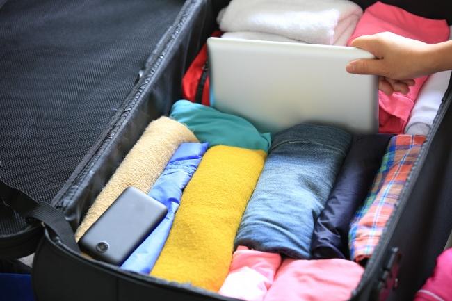 Для того чтобы одежда вчемодане немялась, еенужно нескладывать, как оригами, аскручивать вруло