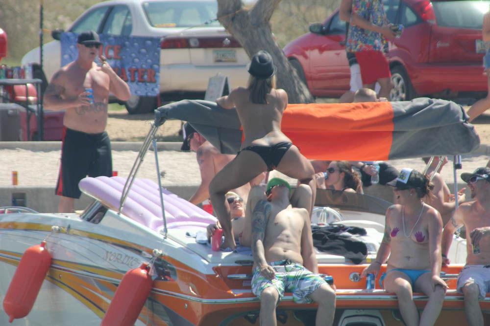 Девушки отдыхают на озере Хавасу только топлес
