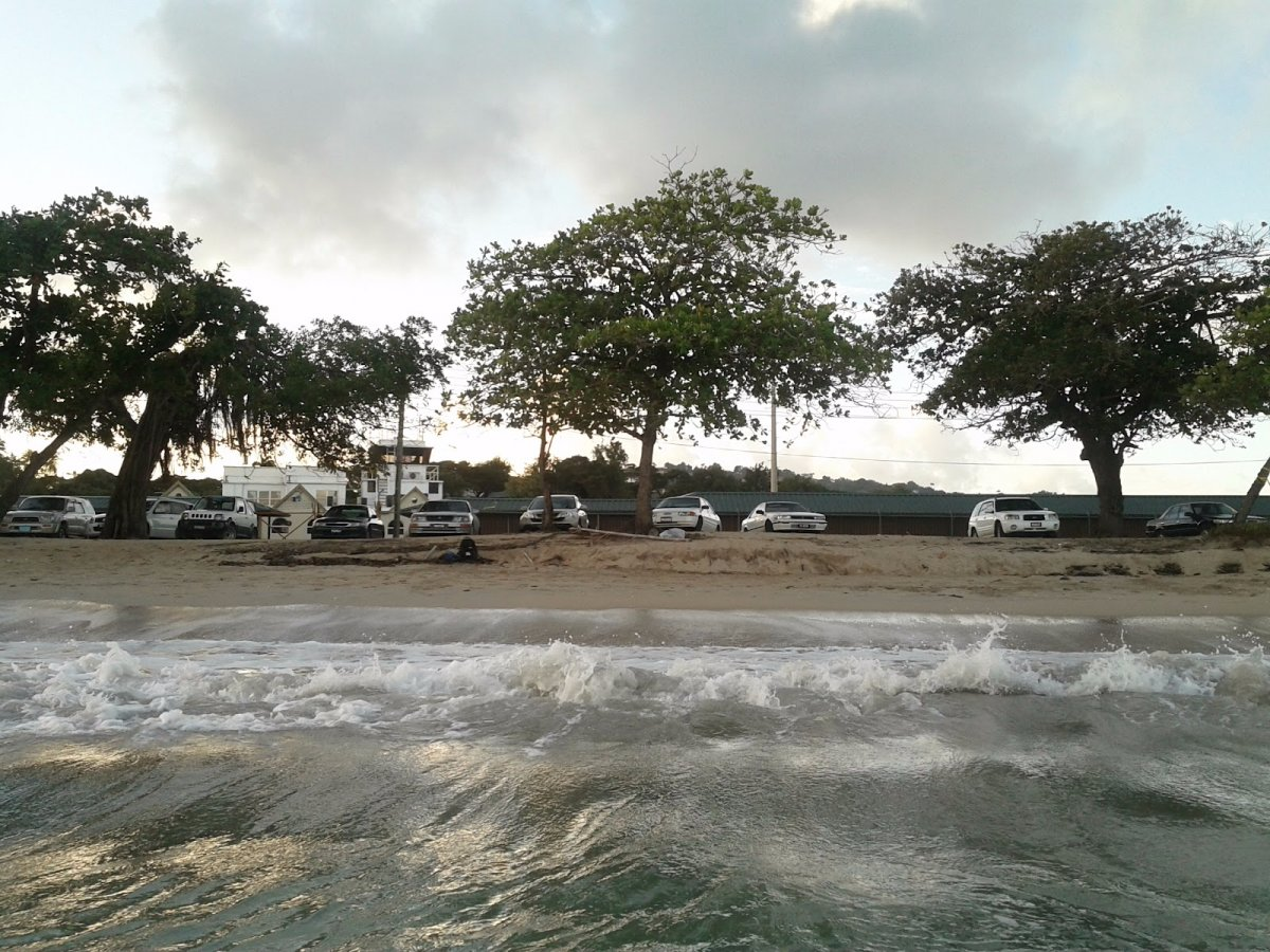 Каждый год на пляж доставляют песок с Карибских островов — из Сент-Люсии. На фото: аэропорт в Кастри