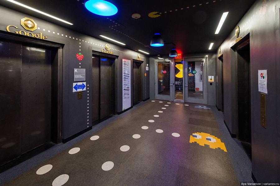 4. Каждый этаж оформлен индивидуально. Вот, к примеру, холл в стиле Pac-Man. Слева лифты, которыми м