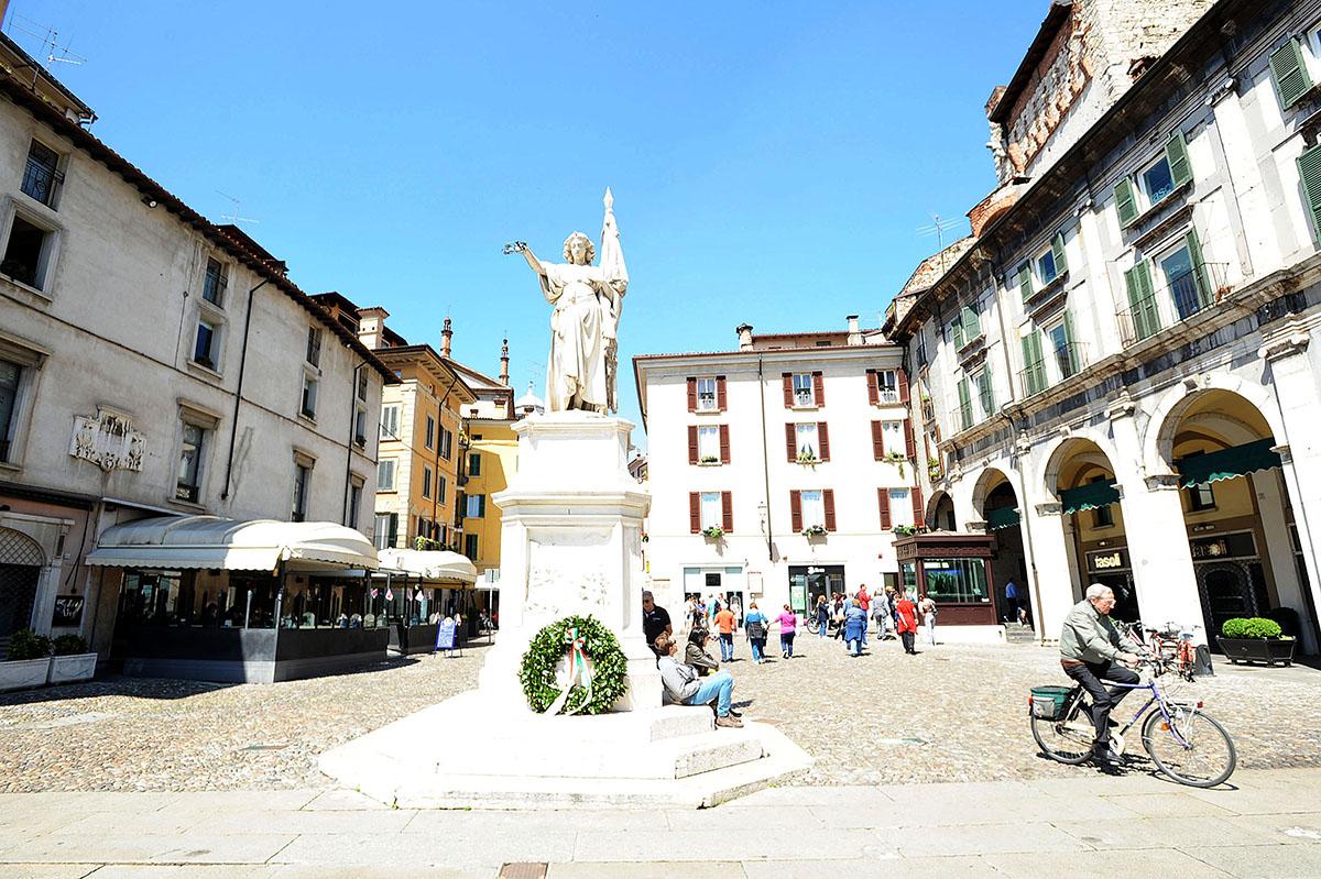 14. А теперь мы идем еще на одну очень красивую площадь, Piazza della Loggia.