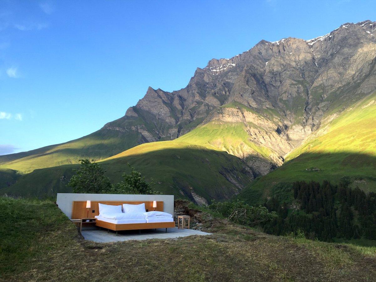 Отель находится на высоте примерно 2 тысяч метров в самом сердце Швейцарских Альп. Стоимость ночи —