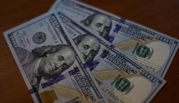 Доллар почти неизменился, евро чуть снизился крублю при открытии торгов
