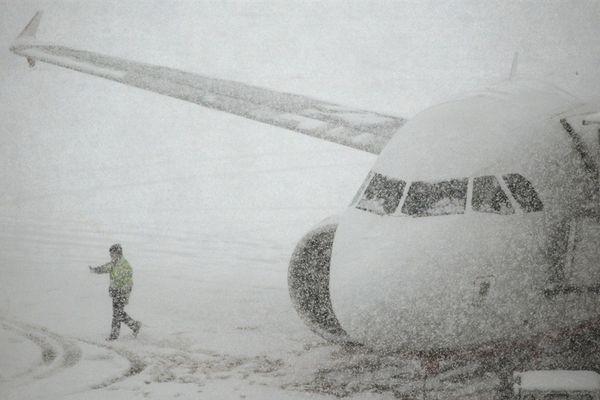 Из-за снегопада ваэропорту Краснодара ночью несмогли приземлиться самолеты