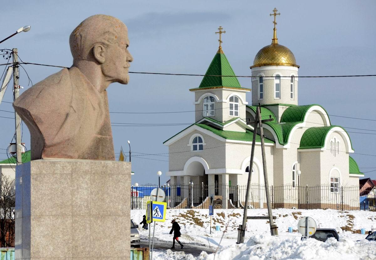 Между церковным храмом и революционным вождем: Южно-Курильский городской пейзаж
