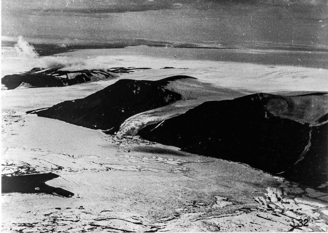 1931. Новая Земля. Вид с воздуха на сильно покатый ледник на северном острове Северной Земли