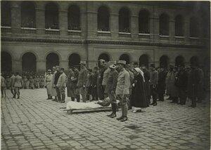 1915. Во дворе Дома Инвалидов. Церемония награждения. Раненый на носилках