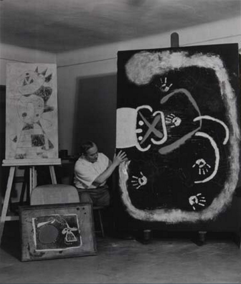 1950. Жоан Миро оставляет отпечаток руки на холсте в своей студии в Барселоне