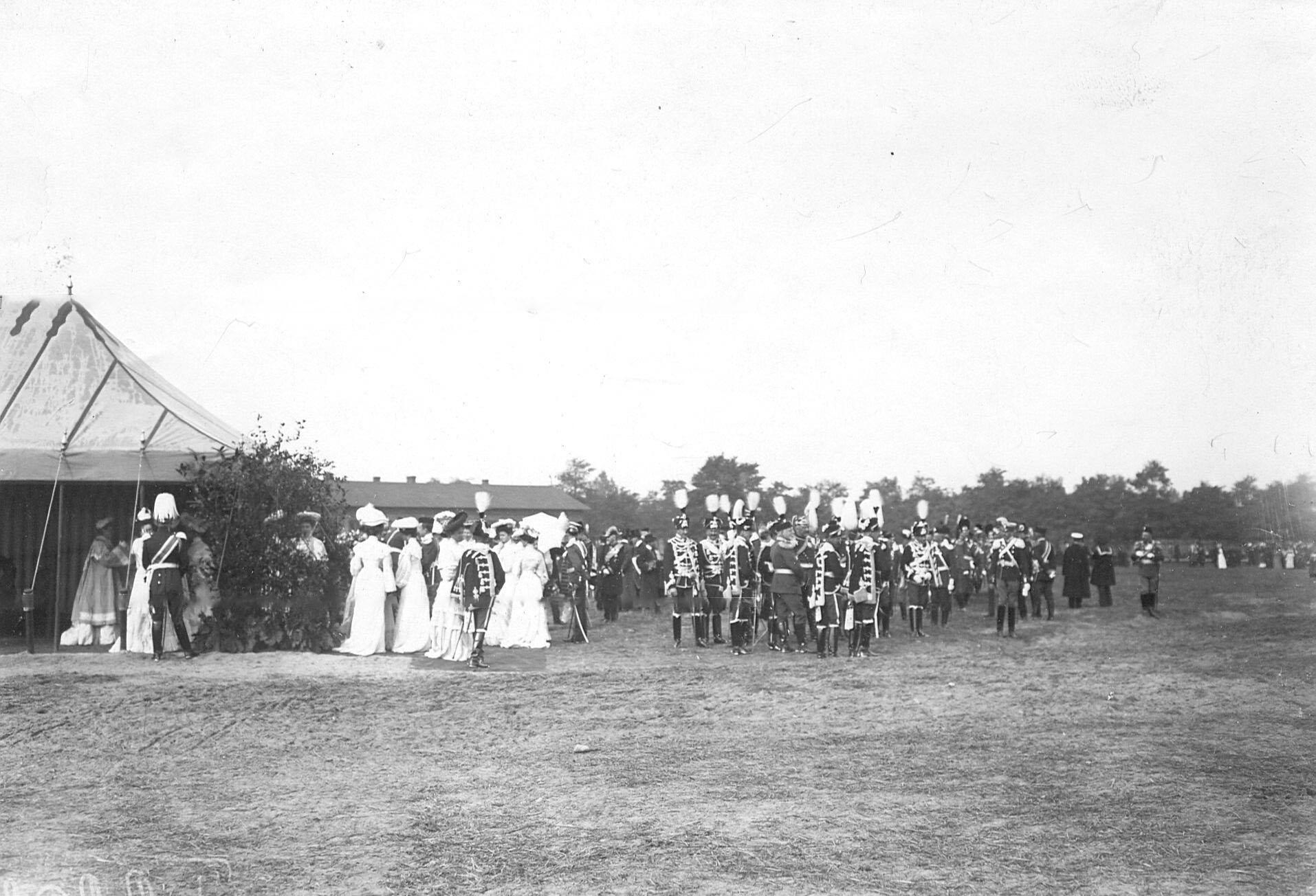 Делегации от прусских уланских и гусарских полков, прибывшие на празднование 250-летнего юбилея полка, на параде