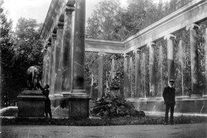 21. Уолтер и Джордж в дворцовом саду Петергофа