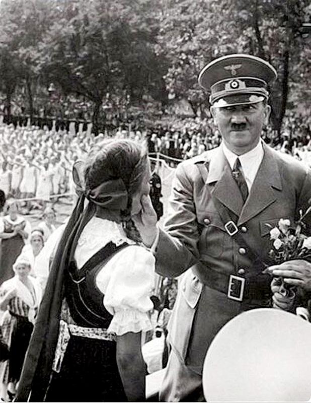 Гитлер ухватил девочку за щёки 1930-е годы