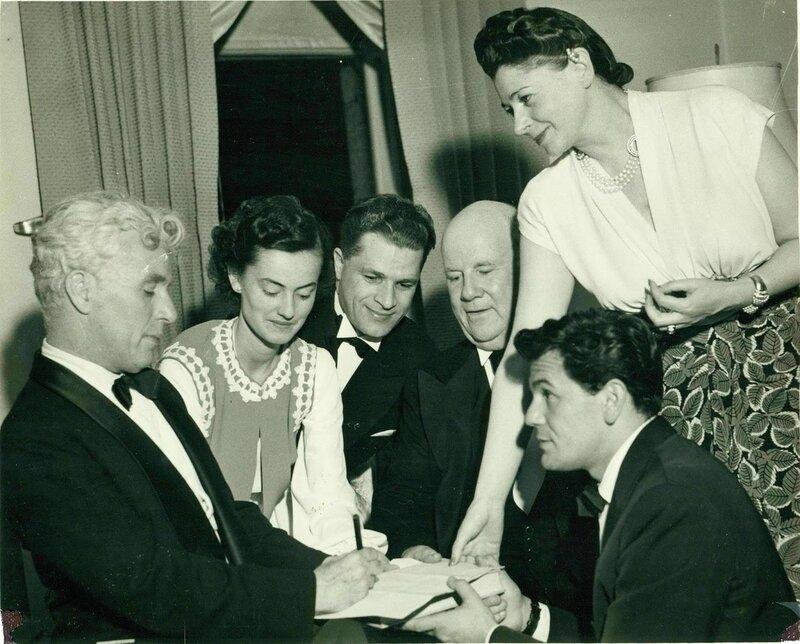 1942 e 18 05 secretary of the Society of Russian aid Betty Gordon, Jacob Lomakin, the chairman of the meeting Mr. Thompson, a Hollywood actor John Garfield, is Mrs. Thompson San Franc.jpg