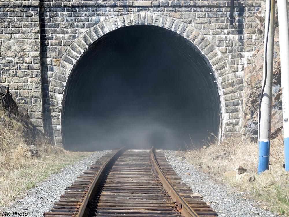Дым выходит из тоннеля