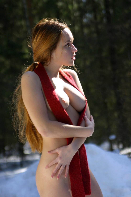 Голая Кристина в зимнем лесу