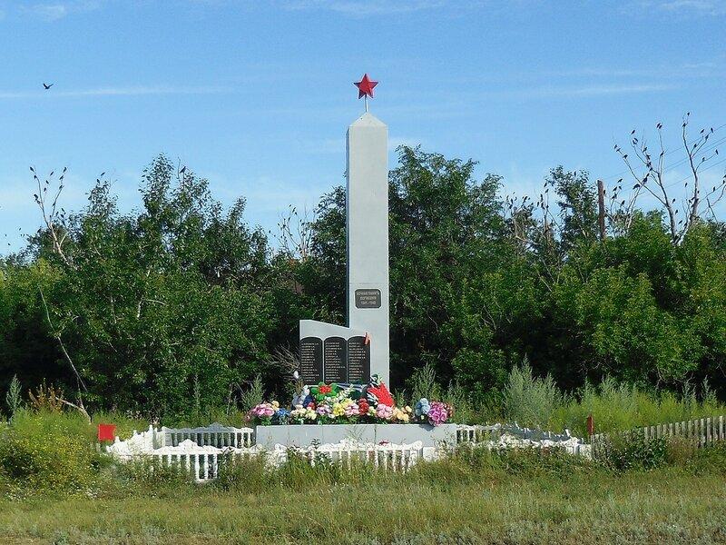 Село Ново-Российка, памятник павшим односельчанам.