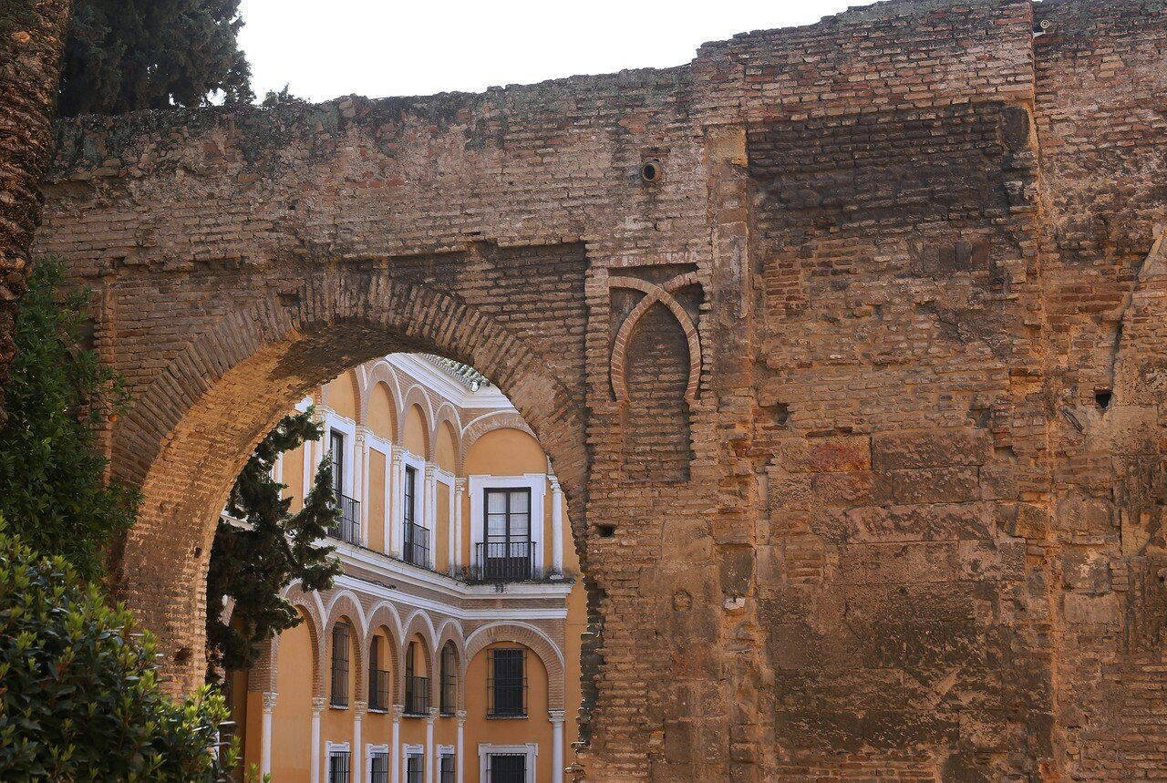 Lion gate (Puerta del León) and patio, Alcázar of Seville