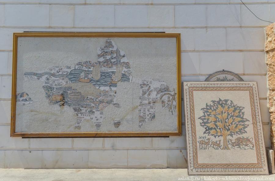 2. У входа стоят вот такие работы. Обратите внимание на мозаику слева — это копия уникальной д