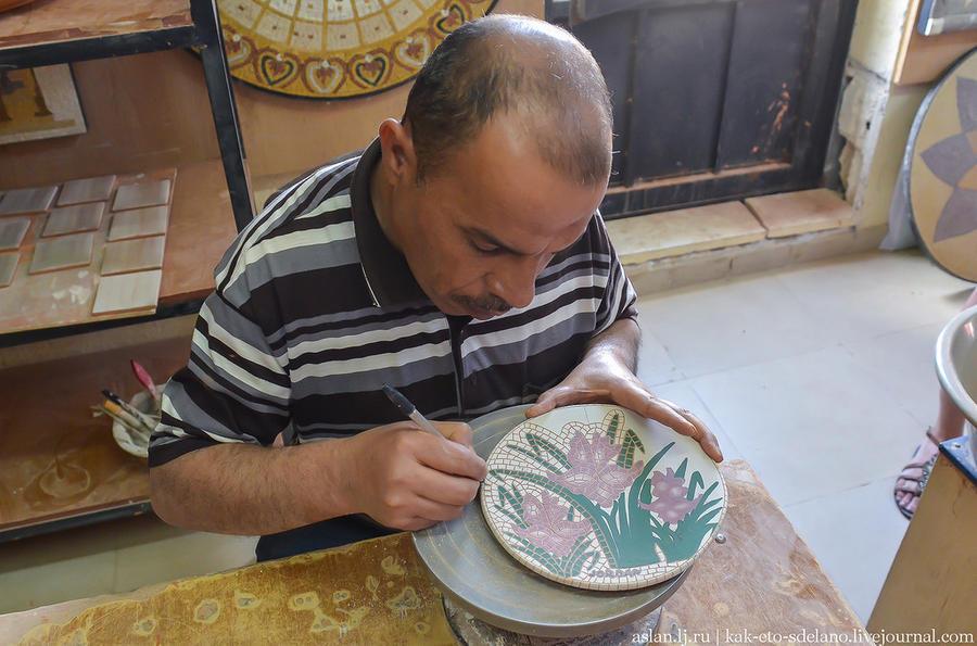 19. А этот мастер делает имитацию под мозайку. В этом случае на тарелку, вазу или другую поделку нан