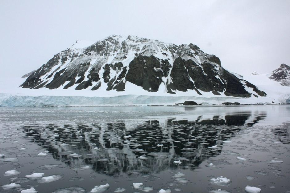 Особенностью Антарктиды является большая площадь шельфовых ледников (низкие (голубые) области З