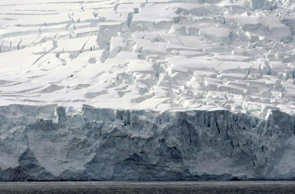 Помимо полюса холода, в Антарктиде располагаются точки самой низкой относительной влажности воз