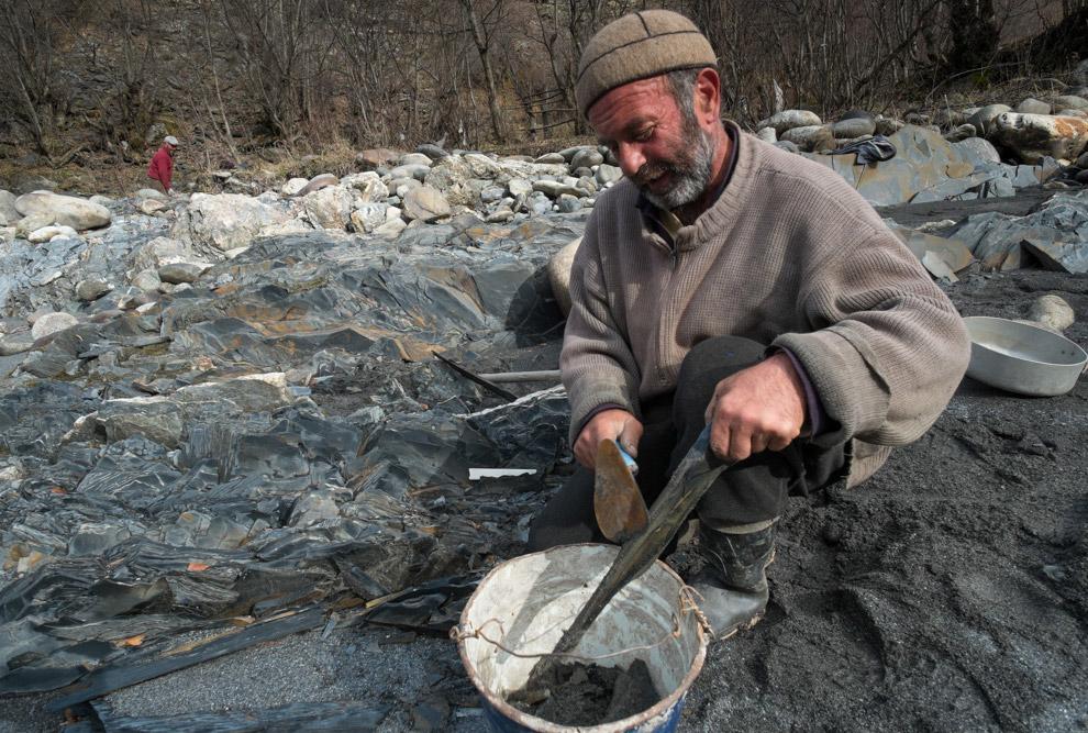 Как только ведро наполняется, всё содержимое ссыпается в желоб с проточной водой: