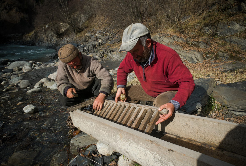 Готовый желоб устанавливают у ручья, чтобы вода проходила по нему и таким образом промывала пор
