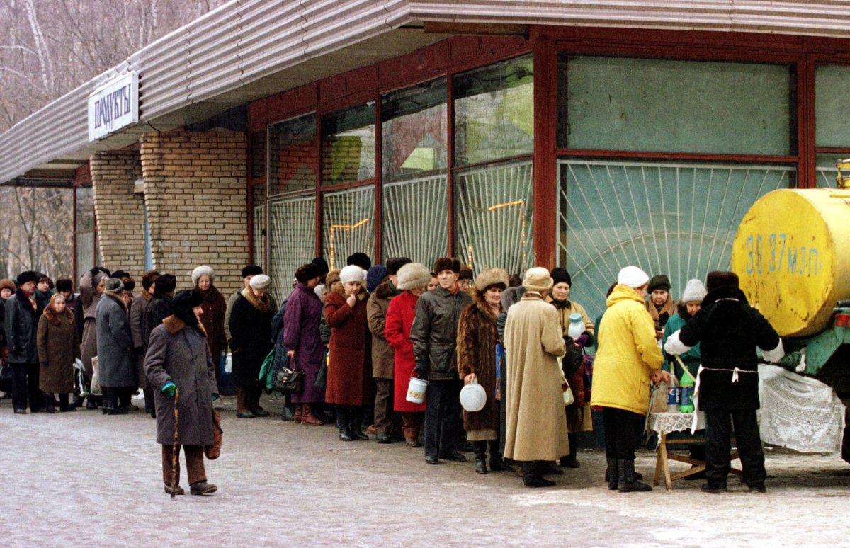 Длинная очередь за молоком, ноябрь 1998 года.