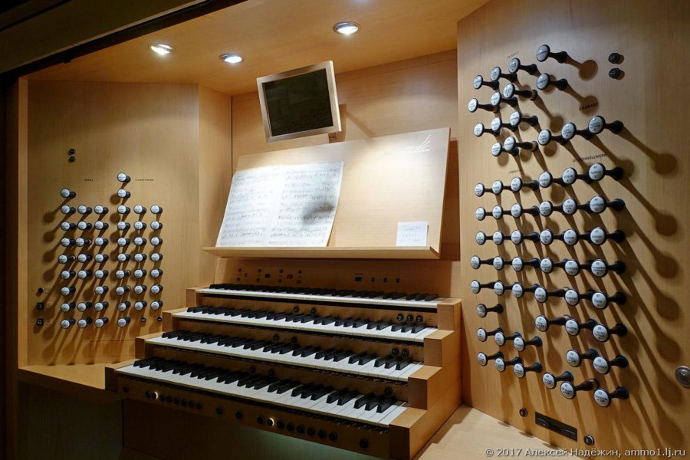 4. Хоть орган и выглядит совершенно традиционным и аналоговым, на самом деле он частично управл