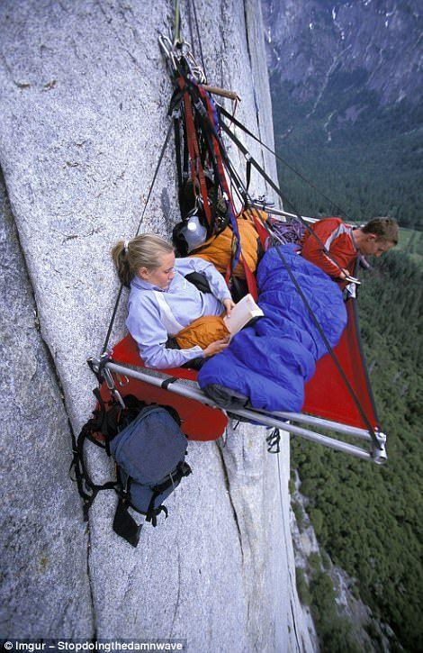 Альпинист взбирается по замёрзшему водопаду.