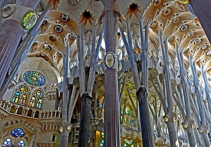 Антонио Гауди посвятил созданию храма 42 года своей жизни. Когда он понял, что строительство Саграда