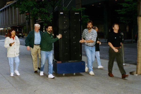 e торопится в Рокфеллеровский центр в Нью-Йорке, чтобы принять участие в телешоу NBC в мае 1997 года