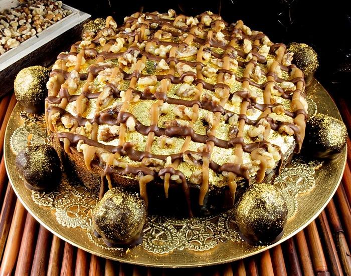 2. Золотой торт Над этим шедевром кондитеры трудились в течение трех дней. Для украшения использован