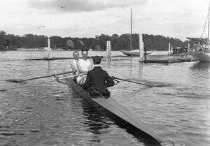 Байдарка-двойка с рулевым у причала Императорского речного яхт-клуба на Крестовском острове; впереди П.И.Лидваль.