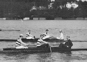 Члены кружка Фортуна в лодке на озере во время соревнований