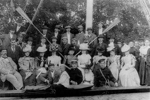 Группа членов кружка в саду