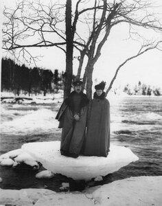 Двое членов Общества телесного воспитания во время экскурсии у реки Вуоксы. Декабрь 1908