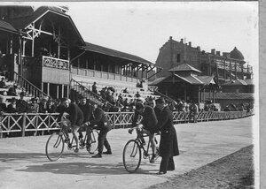Старт гонщиков на двухместных велосипедах на велодроме (Стрельна, Колония, Нарвское шоссе)