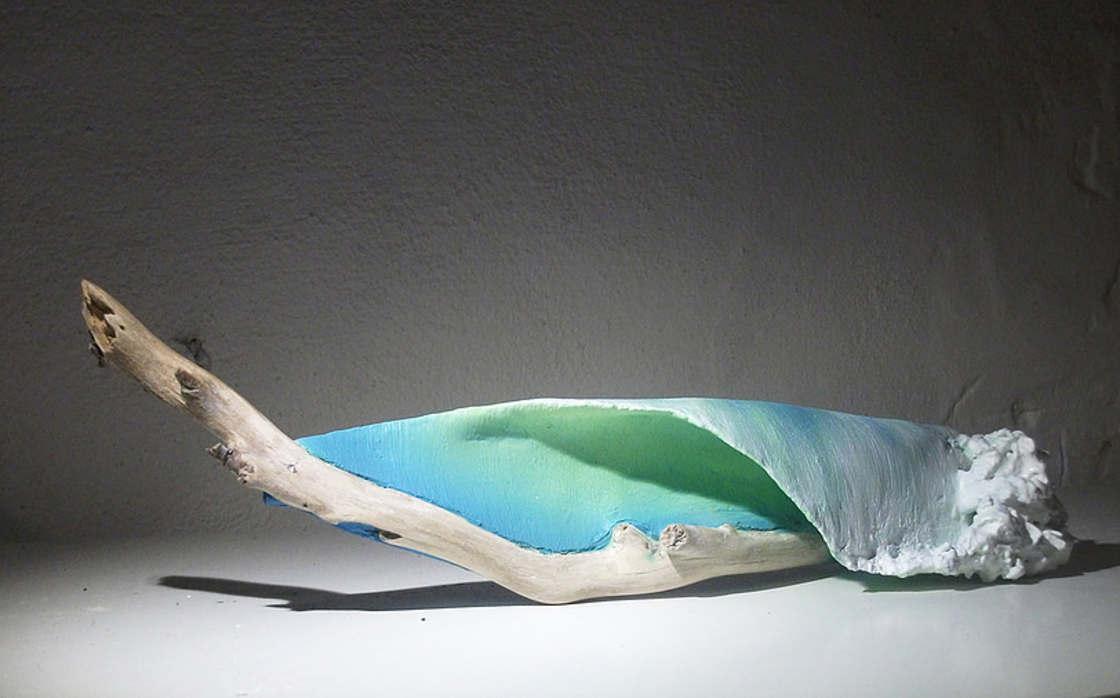 Artist sculpts waves on driftwood (15 pics)