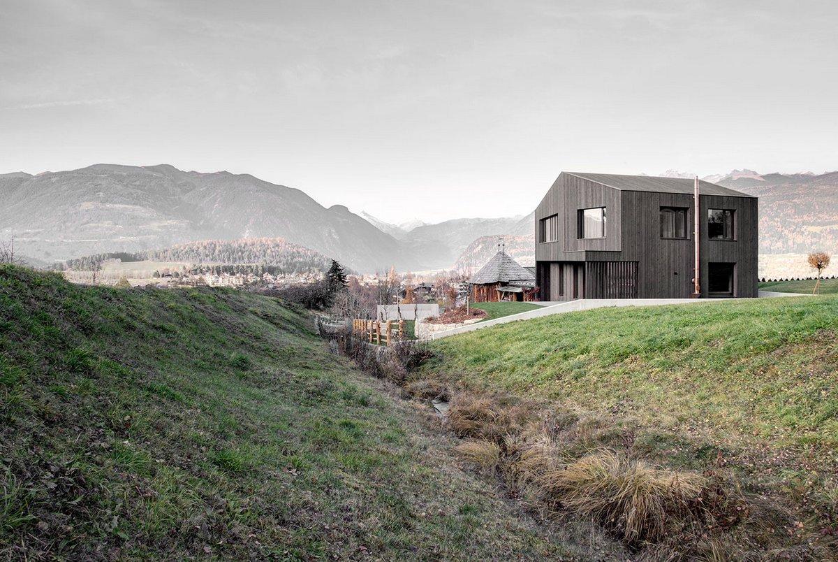 Двухэтажный дом с черным фасадом