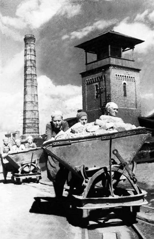 Работницы комбината «Красный керамик» толкают вагонетку. Новгородская обл.jpg