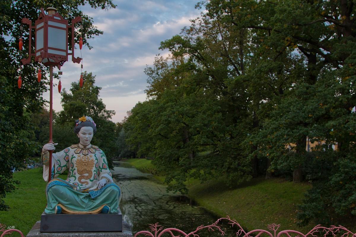 Статуя китайки на большом китайском мосту в Александровском саду