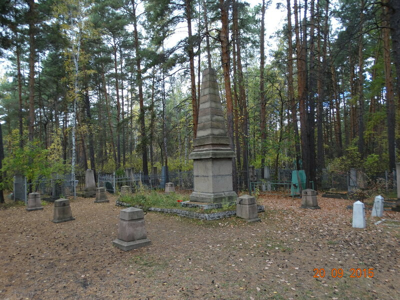 Братская могила борцов и памятник лётчикам