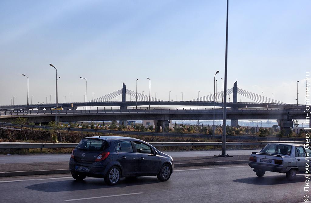 дорога и мост в Тунисе